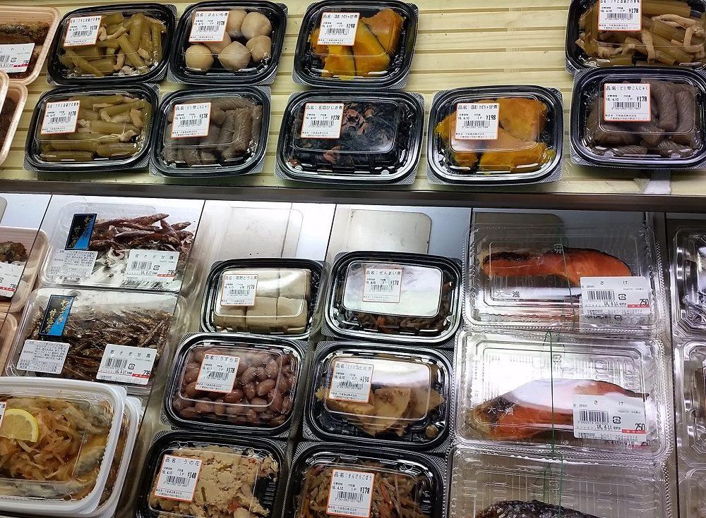 魚屋が作っている惣菜も沢山