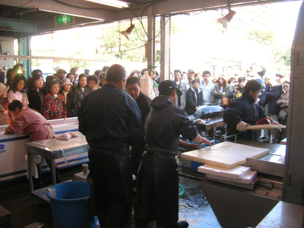 生本マグロの解体ショー・即売会(毎週土曜日10時より)
